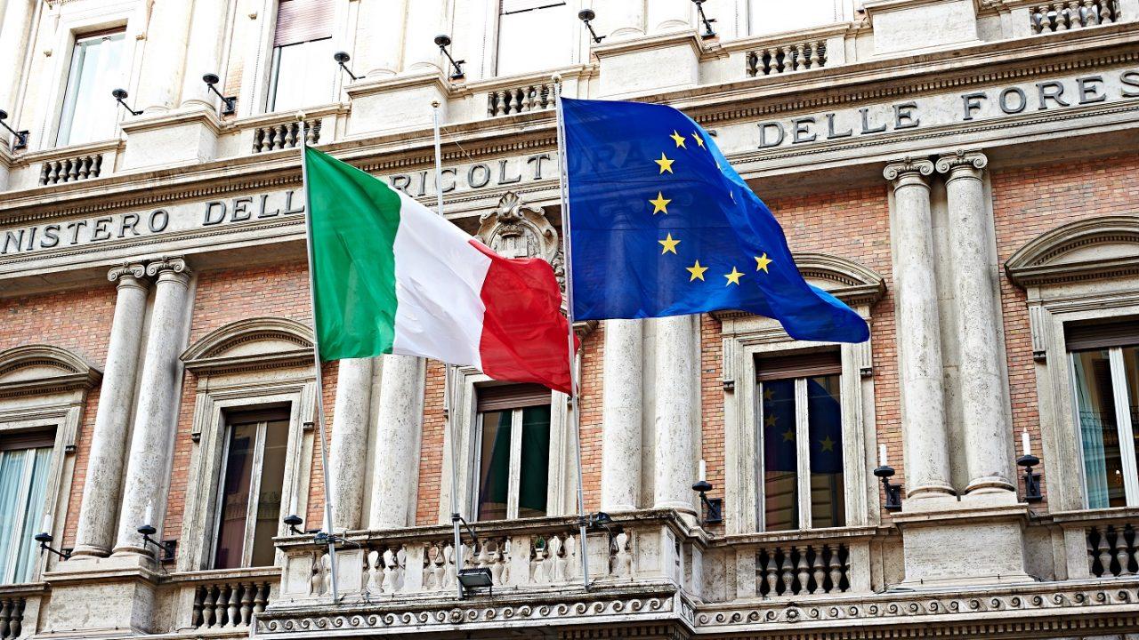Die Flaggen Europas und Italiens am Regierungsgebäude in Rom