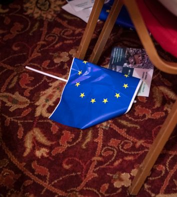 EU-Flagge auf dem Boden