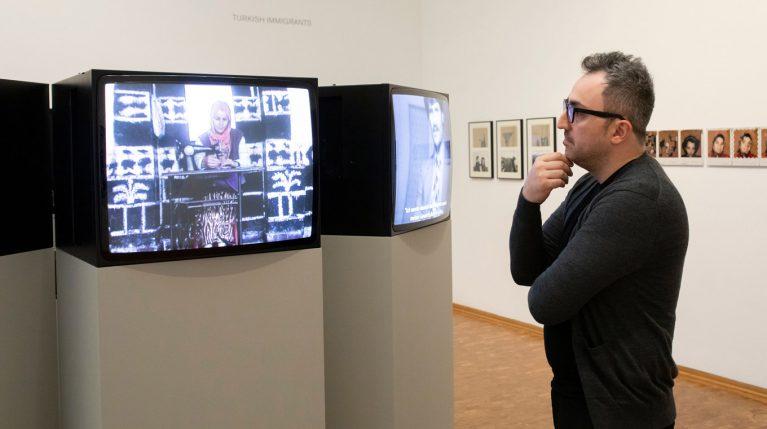 Ömer Alkin zu Besuch in der Ausstellung Nil Yalter. Exile Is a Hard Job im Museum Ludwig 2019