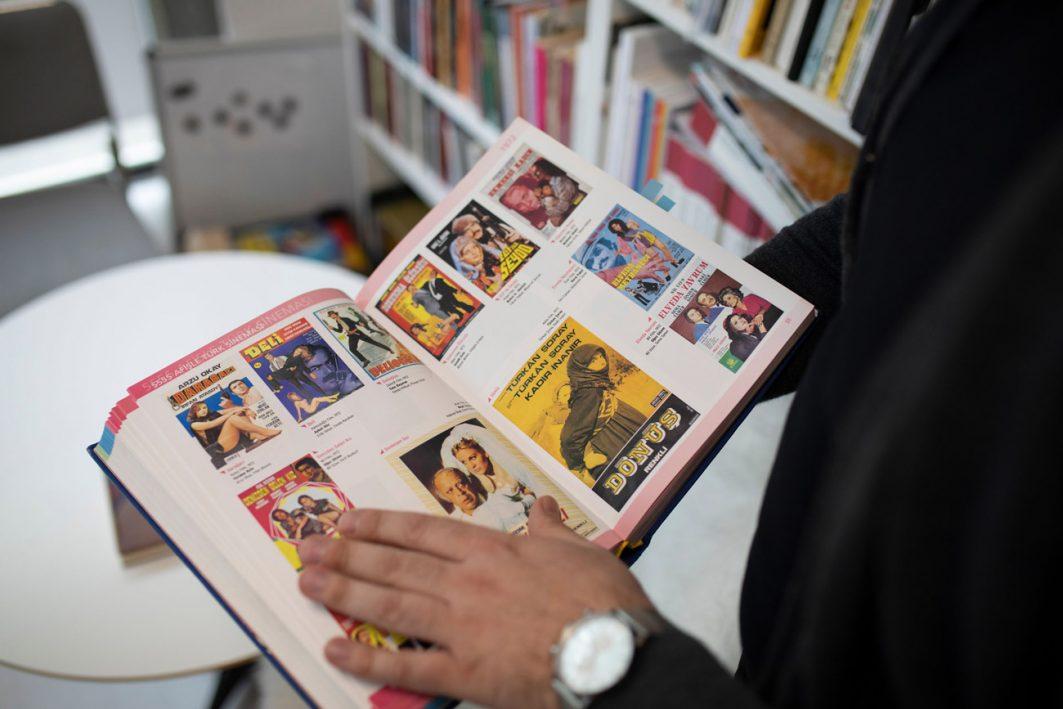 Nachschlagewerk und Zerstreuung in einem: eine Sammlung aller Filmplakate türkischer Filme.