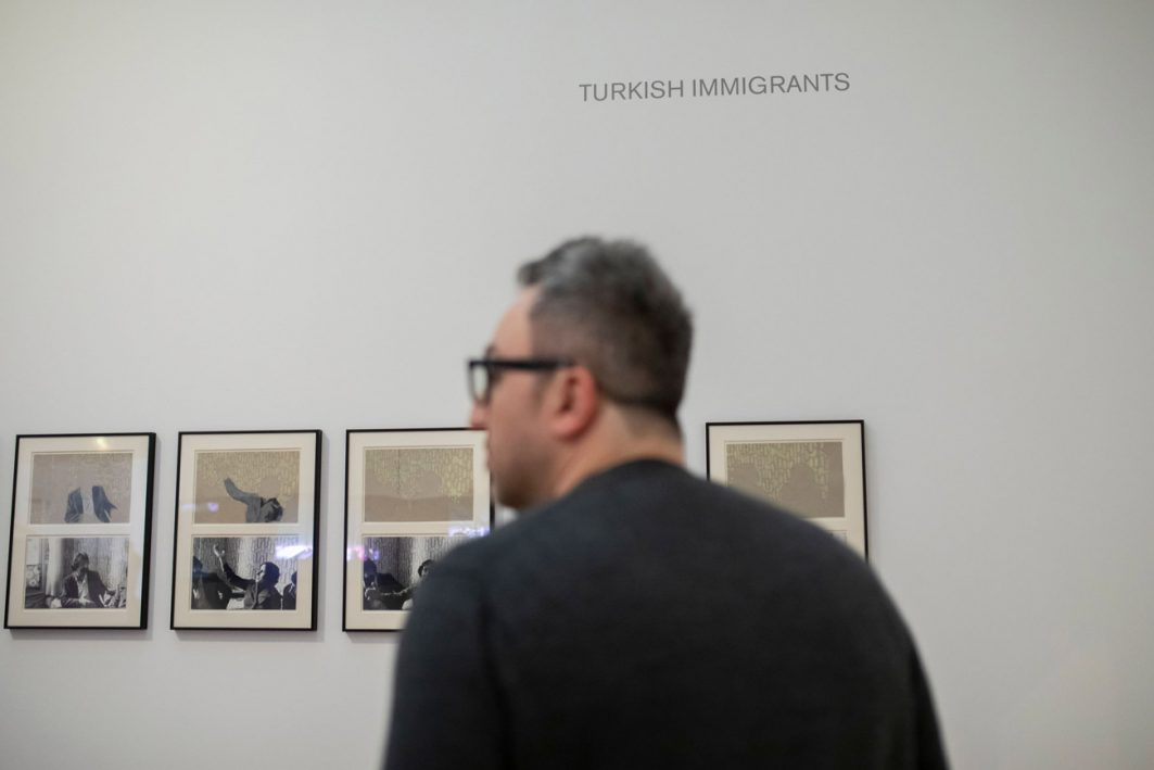 Ömer Alkin in der Ausstellung Nil Yalter. Exile Is a Hard Job im Museum Ludwig 2019