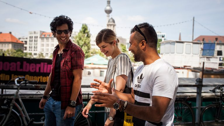Junge Menschen unterhalten sich in Berlin