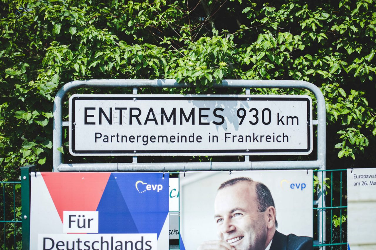 Mitten in Rosendahl weist ein Schild auf die Partnergemeinde Entrammes hin – umgeben von Wahlplakaten.