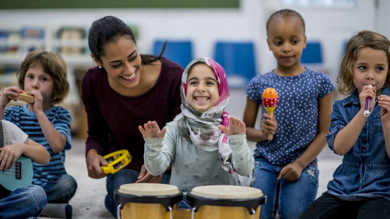 Kinder spielen Musikinstrumente