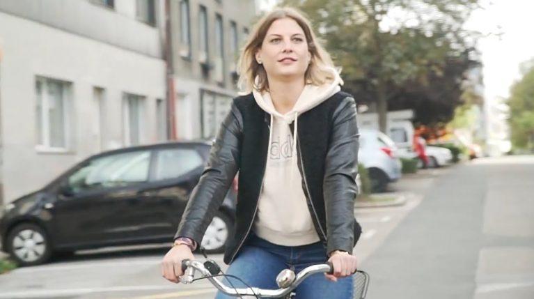 Maria ist viel mit dem Rad unterwegs.