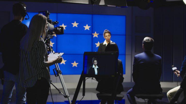 Moderatorin vor EU-Flagge