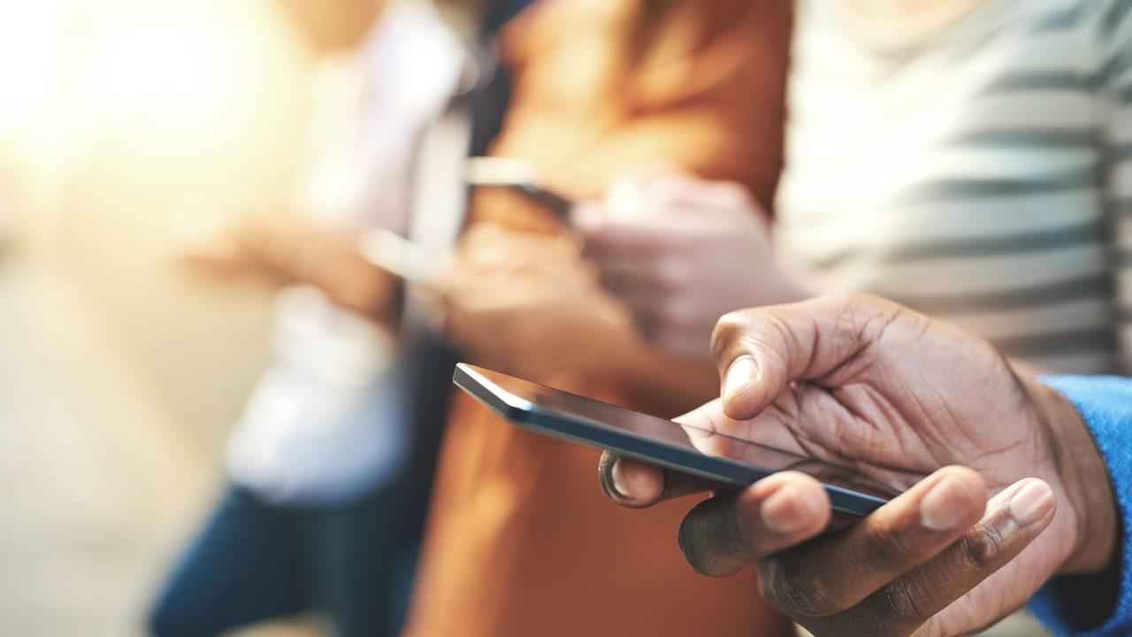 Menschen schauen aufs Smartphone