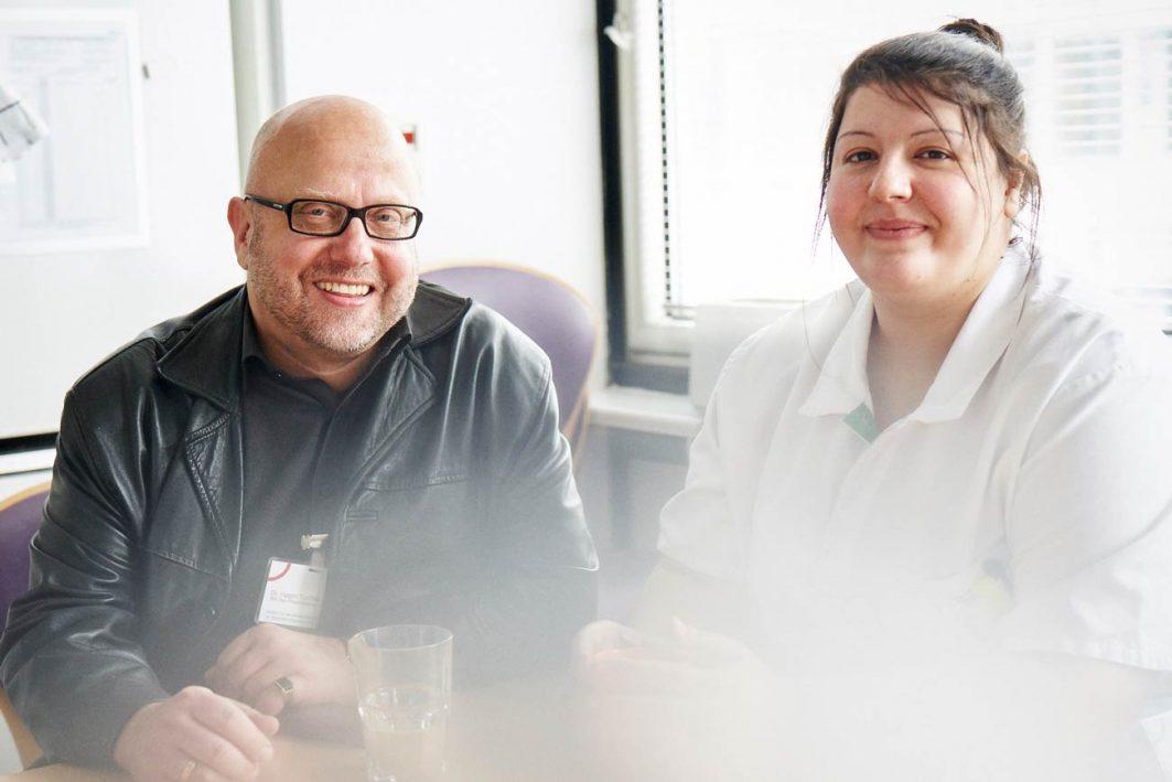 Der engagierte Pflegepädagoge Dr. Hagen Tuschke und Rasha