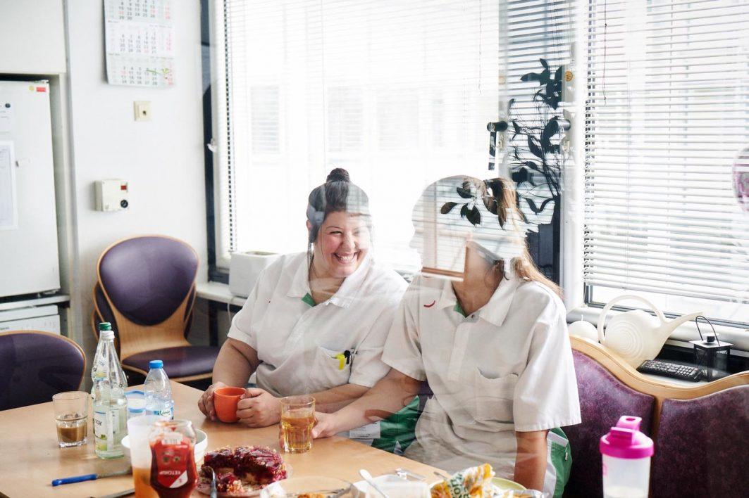 Kurze Pause im Ausbildungsalltag. Rasha und Meredith Siland tauschen sich aus.