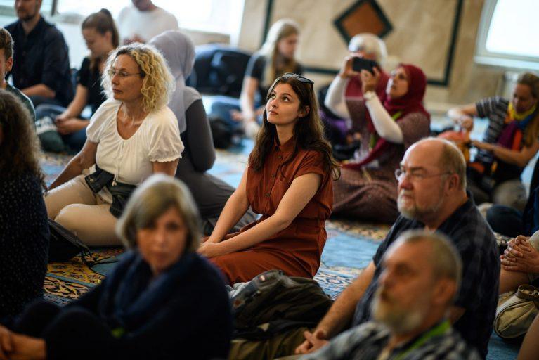 Rosa Lyenska ist zum ersten Mal in einer Moschee.