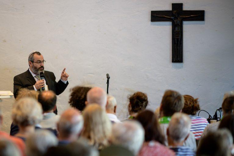 Rabbiner Avichai Apel spricht zu den christlichen Besucher*innen.