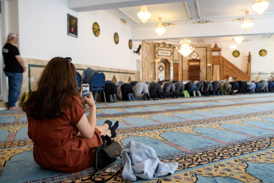 In der Moschee greifen viele Besucher*innen zu ihren Smartphones, um die ihnen fremde Kultur für sich festzuhalten.
