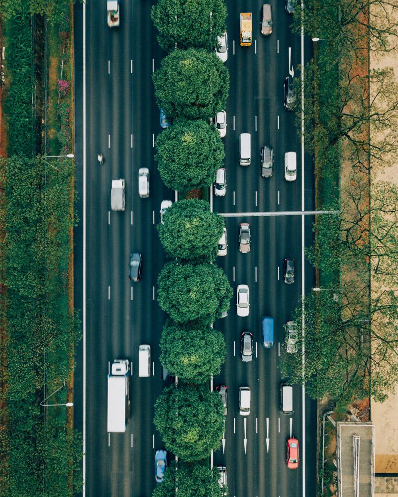 Vielbefahrene, vierspurige Straße von oben