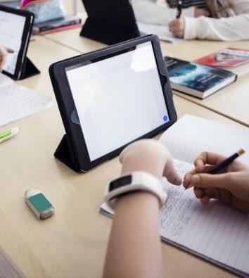 Schüler*innen verwenden Tablets im Unterricht
