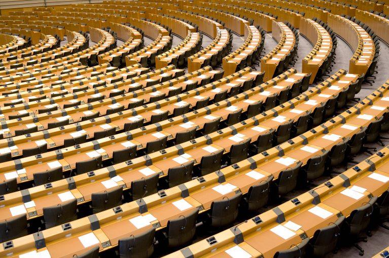 Leerer Plenarsaal des Europäischen Parlaments in Brüssel.