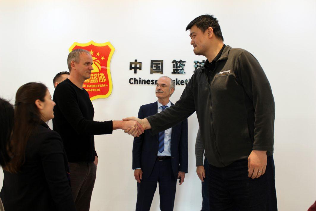 Henning Harnisch und Basketballspieler Yao Ming
