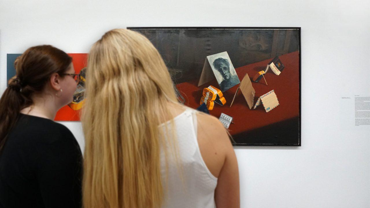 Zwei Frauen betrachten ein Bild