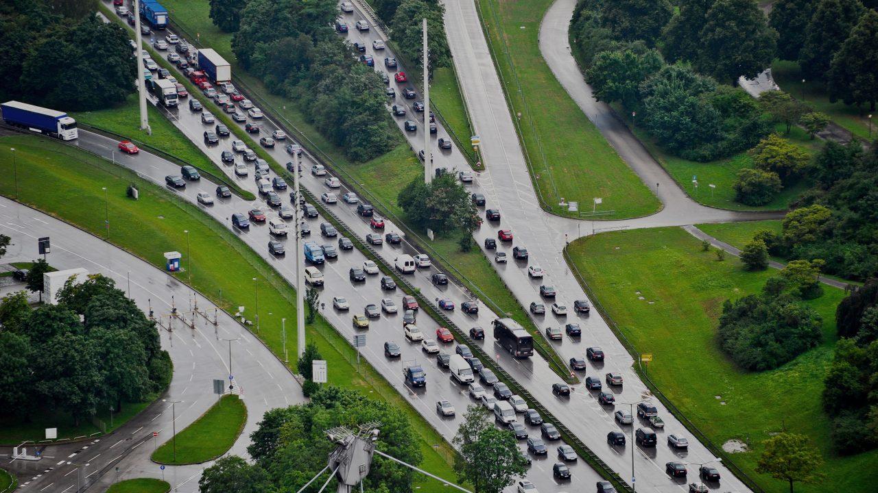 Autobahnauffahrt im Regen