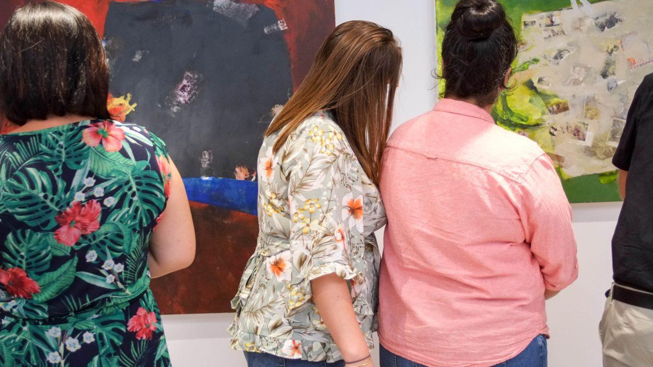 """Zwei Frauen schauen sich Bilder der Ausstellung """"Neue Räume/Neue Perspektiven"""" in Essen an."""
