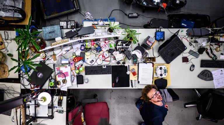 An seinem Schreibtisch im MakerSpace auf dem Geländer Hochschule Gelsenkirchen arbeitet Maximilian Czelinski an neuen Projekten, schraubt an Kleingeräten und plant Workshops.