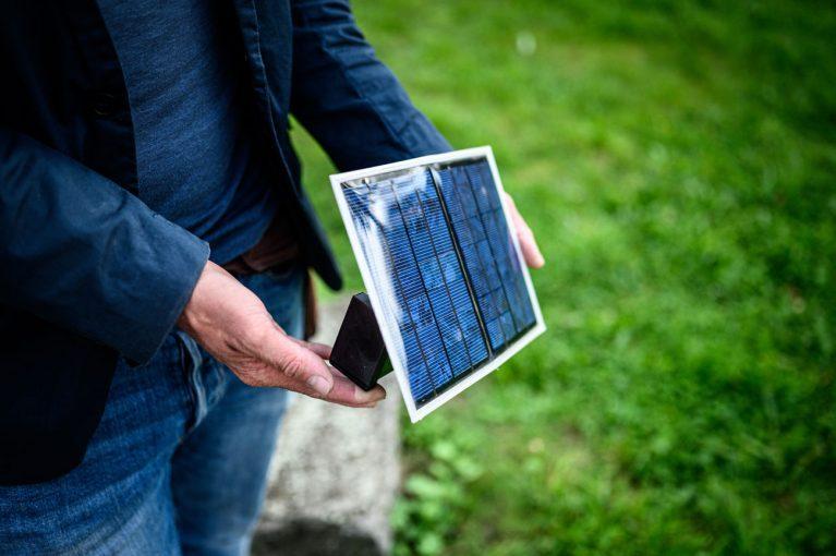 Solarstrom fürs Handy: Diese USB-Ladestation passt auf jede Fensterbank und ist einfach nachzubauen. In Workshops zeigt das MakerSpace-Team Interessierten, wie es geht.