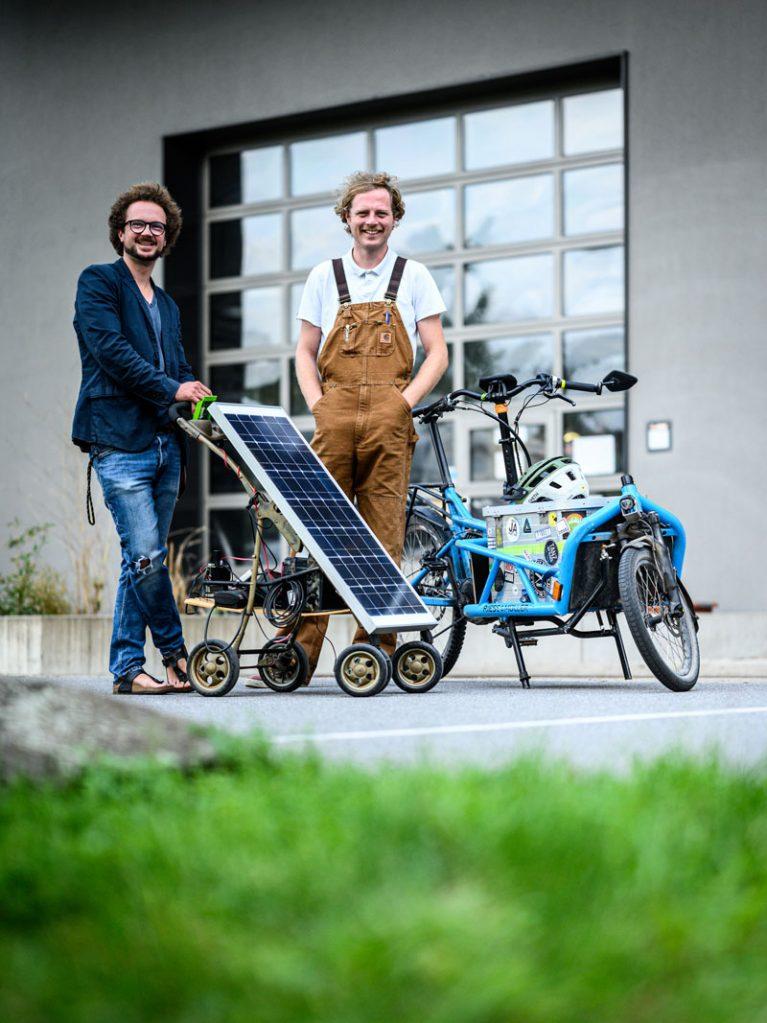 Solar und Fahrrad gehören für die Ingenieure zusammen. Sie kommen jeden Tag mit ihren eigenen E-Bikes zur Arbeit und schließen sie dort an die mobile Solarinsel an.