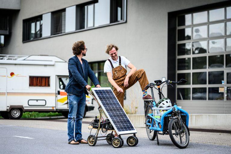 Die beiden Ingenieure nehmen seit ihrer Kindheit technische Geräte auseinander und bauen sie funktionsfähig wieder zusammen. Im Hintergrund steht Czelinskis Wohnmobil, auf dessen Dach er eine Solarzelle geschraubt hat.