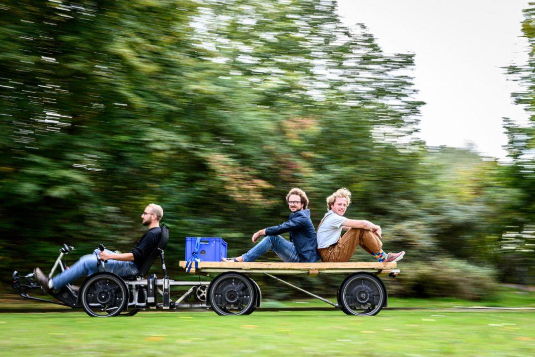 Testfahrt auf dem Campus: Das Fahrzeug hat reichlich Ladefläche, trägt bis zu 500 Kilo und ist nur 90 Zentimeter breit. Für Rheinländer und Czelinski ist es die beste Möglichkeit der Elektromobilität.
