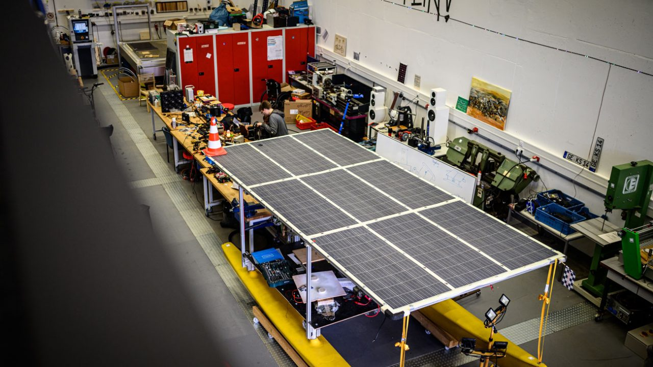Der umgebaute Katamaran mit Solardach könnte einen Container übers Meer transportieren und den Güterverkehr auf Wasserstraße revolutionieren.
