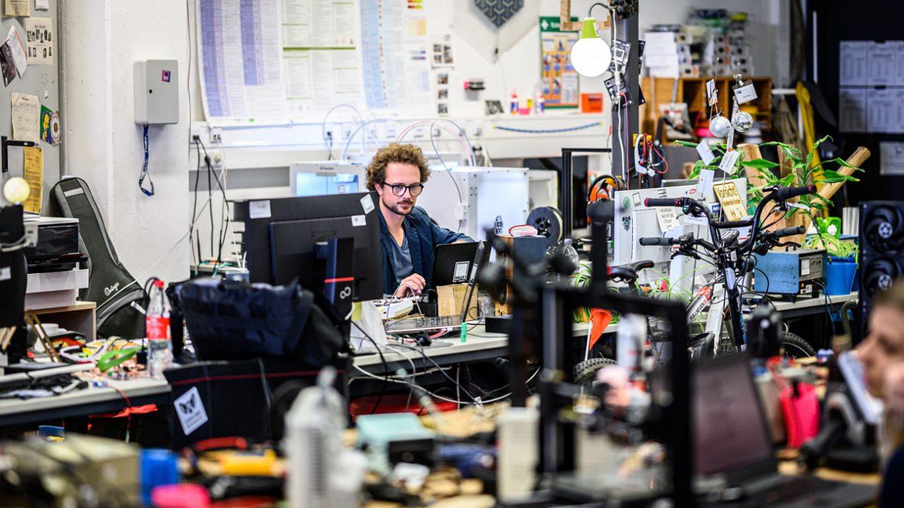 Der MakerSpace ist die reinste Erfinderwerkstatt für Nachhaltigkeit. Ausgestattet mit 3D-Druckern, Lasercuttern und allerlei Hightech-Geräten denken sie hier Energieeffizienz neu.