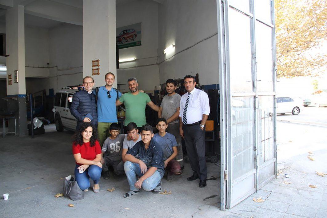 Friedrich Prüttmann mit Lehrlingen aus Syrien und der Türkei in einer Autowerkstatt in Ankara.