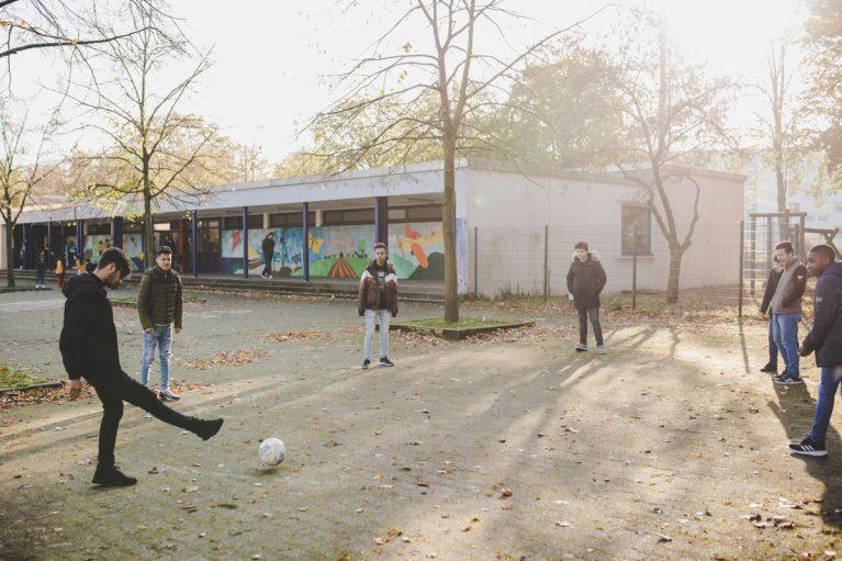 Schüler spielen Fußball.