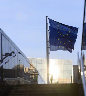 Die EU-Flagge weht vor dem Europa-Parlament.