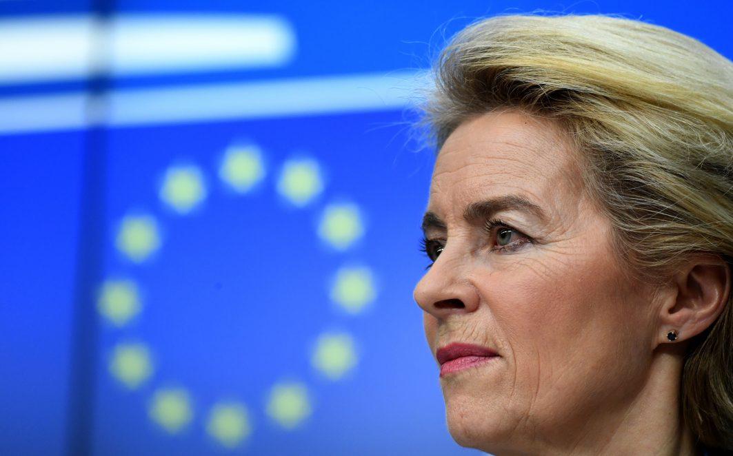 Ursula von der Leyen vor EU-Flagge