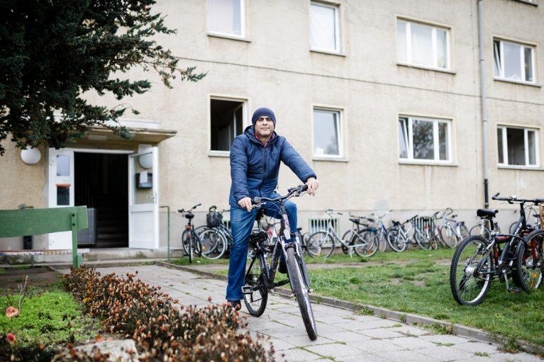 Babak vorm Flüchtlingsheim in Jüterbog. Er erledigt alles mit dem Rad.
