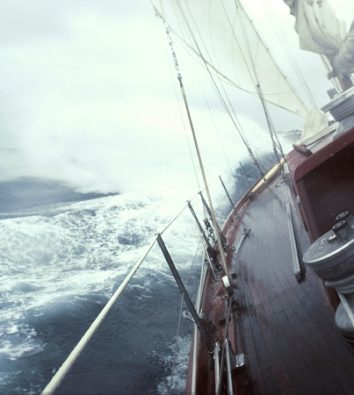 Eine Yacht segelt durch raue See