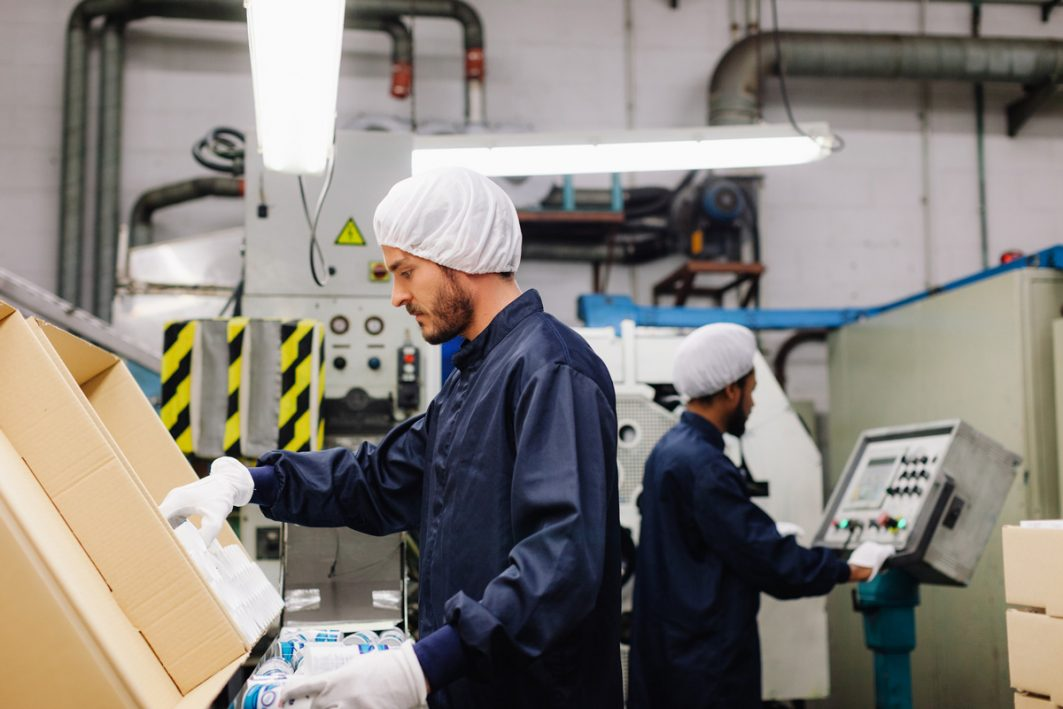 Männer in Fabrik