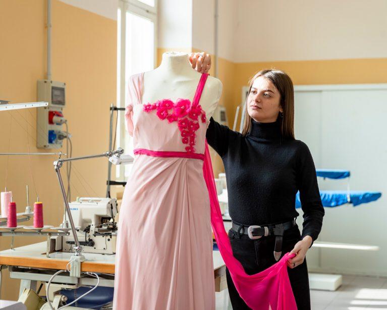 Fabiana Elia, ehemalige Schülerin der De-Pace-Oberschule in Lecce im Projektraum für Kostümkunde