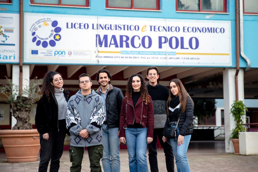 Alessia Lopasso und Maria Mara Zaccero mit ihrem Mitschülern
