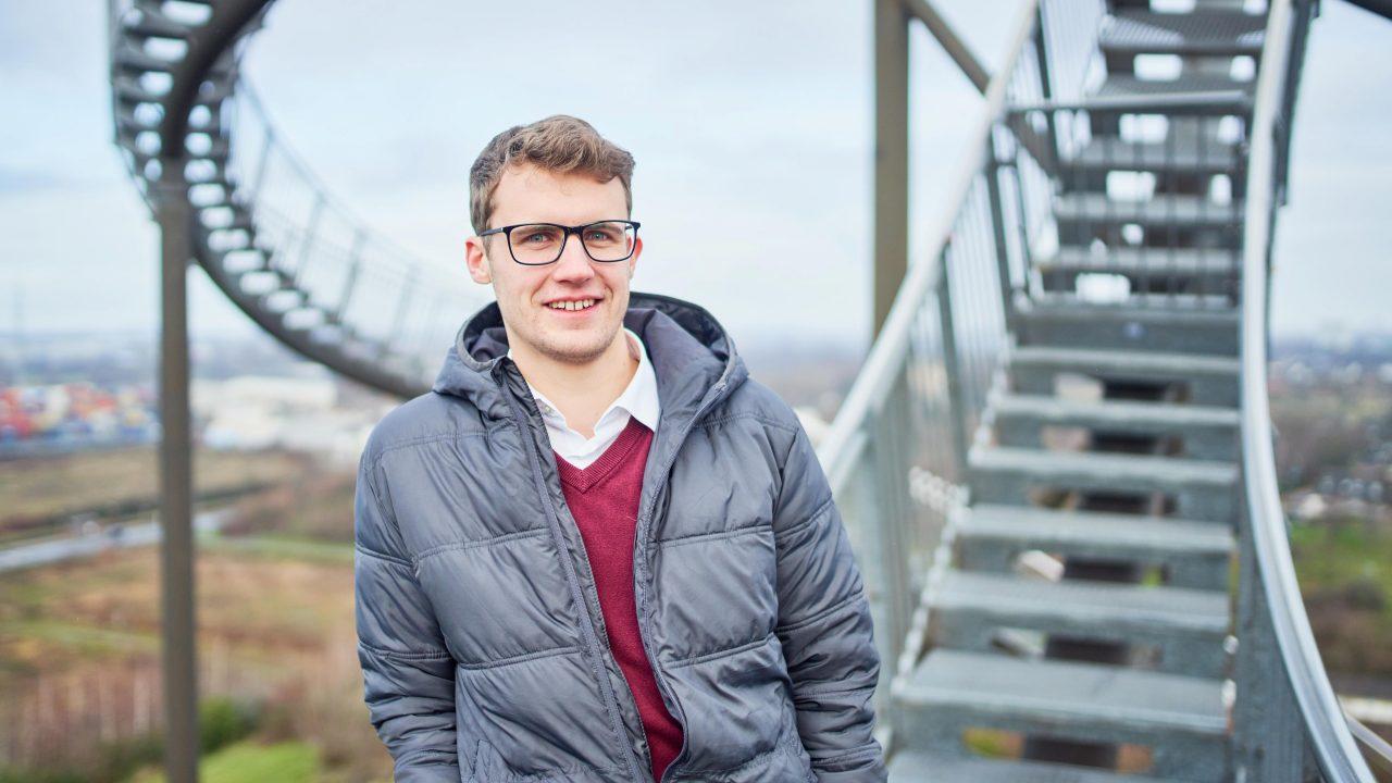 Bauingenieur Tobias Kuhn auf einer steilen Treppe im Freien.