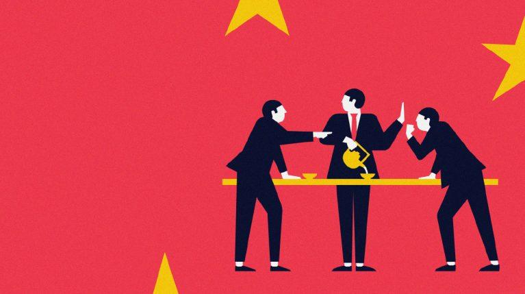 Zeichnung dreier Menschen in Anzügen, die bei einer Tasse Tee diskutieren. Im Hintergrund ist die Chinesische Flagge zu sehen.