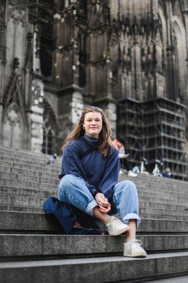 Carlotta Niewels vor dem Kölner Dom