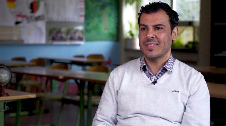 Der Englischlehrer Raed Alobaid sitzt in seinem Klassenzimmer.