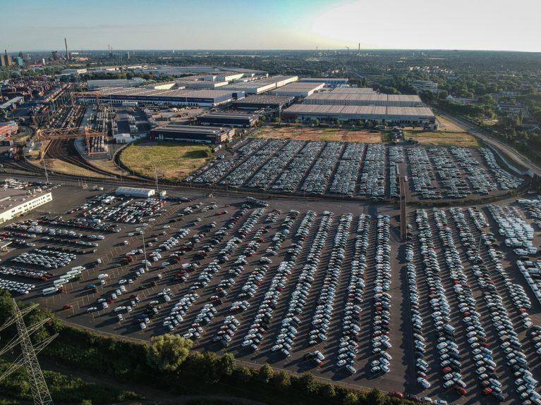 Autos am Hafen Duisport.
