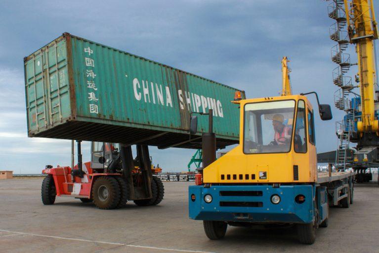 Containerverladung im Hafen von Aktau, Kasachstan.