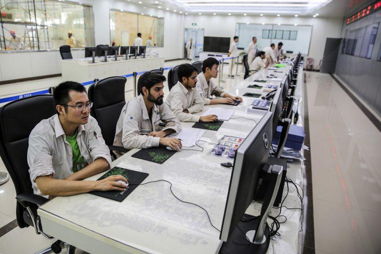 Im Kontrollraum arbeiten Menschen aus beiden Nationen.
