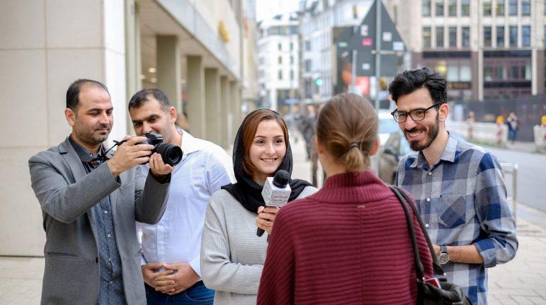 """Das Team von """"Amal"""" in Hamburg auf der Straße unterwegs."""