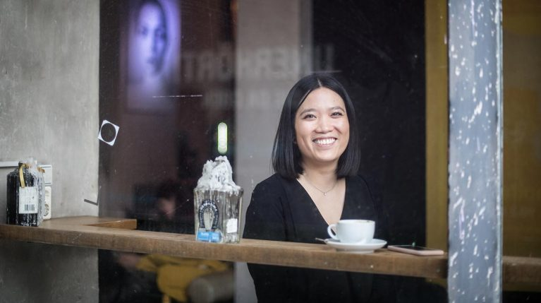 Juristin und re:constitution-Fellow Thu Nguyen in einem Café in Berlin