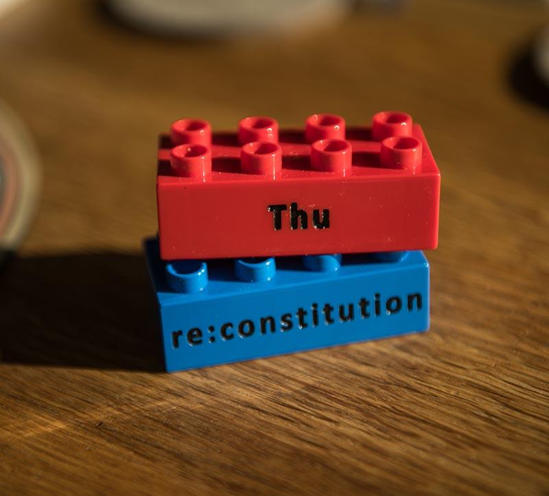 Duplo Steine mit der Aufschrift Thus und re:constitution