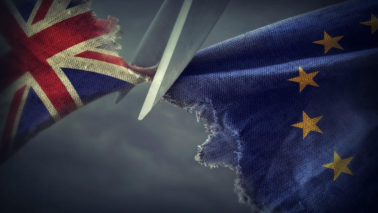Stofffetzen, repräsentativ für Großbritannien und die EU, werden zerschnitten